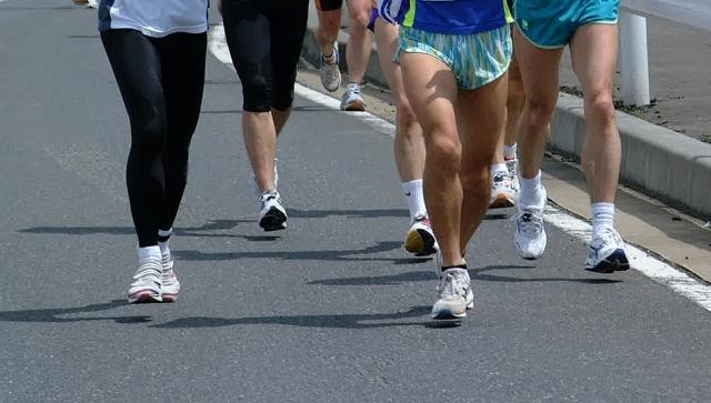 マラソンしている人達の足が写っている